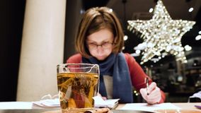 Mujer que trabaja en freelancers alemanes del café almacen de video