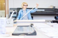 Mujer que trabaja en imprenta foto de archivo