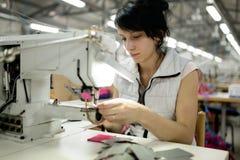 Mujer que trabaja en industria textil Imagenes de archivo