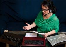 Mujer que trabaja en línea Fotografía de archivo libre de regalías