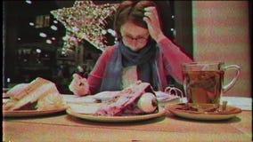 Mujer que trabaja en la cinta alemana de VHS del vintage de los freelancers del café almacen de video