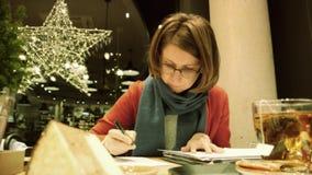 Mujer que trabaja en la cinta alemana de VHS del vintage de los freelancers del café almacen de metraje de vídeo