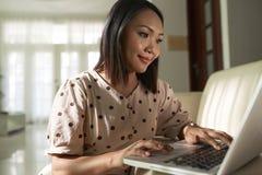 Mujer que trabaja en la computadora portátil fotos de archivo libres de regalías