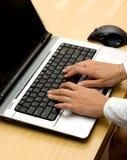 Mujer que trabaja en la computadora portátil. Foto de archivo libre de regalías