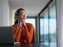 Mujer que trabaja en la computadora portátil Fotografía de archivo libre de regalías