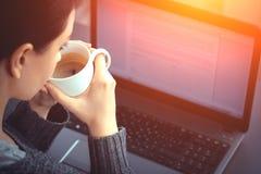 Mujer que trabaja en la computadora portátil foto de archivo