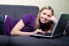 Mujer que trabaja en la computadora portátil en el país Foto de archivo