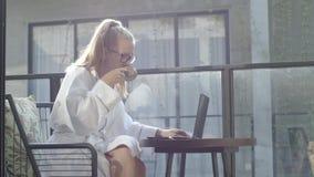 Mujer que trabaja en la computadora portátil almacen de metraje de vídeo