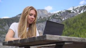 Mujer que trabaja en la computadora port?til almacen de video