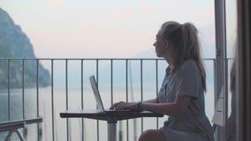 Mujer que trabaja en la computadora port?til metrajes