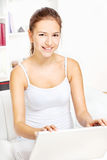 Mujer que trabaja en la computadora portátil en el país Imagenes de archivo