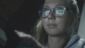 Mujer que trabaja en la noche almacen de video