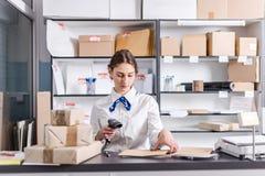 Mujer que trabaja en la oficina de correos Imagen de archivo