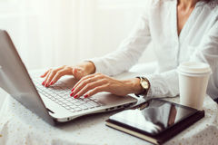 Mujer que trabaja en mano de Ministerio del Interior en el teclado imagen de archivo