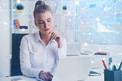 Mujer que trabaja en oficina, red e infographics foto de archivo libre de regalías