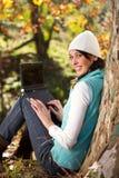 Mujer que trabaja en otoño Imagen de archivo libre de regalías