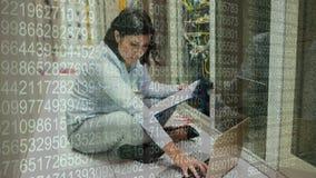 Mujer que trabaja en sitio del servidor y cantidad grande de los datos