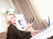 Mujer que trabaja en su computadora portátil Fotos de archivo