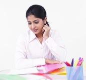 Mujer que trabaja en su escritorio de oficina Fotos de archivo