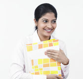 Mujer que trabaja en su escritorio de oficina Fotos de archivo libres de regalías