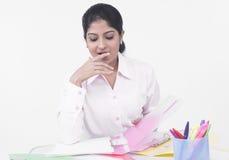 Mujer que trabaja en su escritorio de oficina Imagenes de archivo
