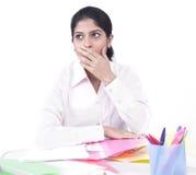 Mujer que trabaja en su escritorio de oficina Foto de archivo libre de regalías