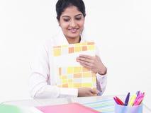 Mujer que trabaja en su escritorio de oficina Imagen de archivo