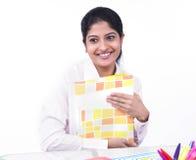 Mujer que trabaja en su escritorio de oficina Fotografía de archivo