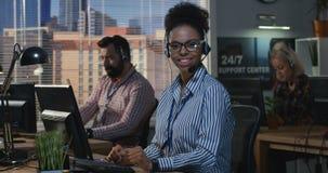 Mujer que trabaja en su escritorio en un centro de atención telefónica