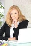 Mujer que trabaja en su ordenador portátil Imagenes de archivo