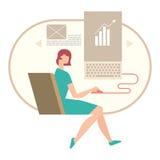 Mujer que trabaja en un documento en su ordenador Fotos de archivo libres de regalías
