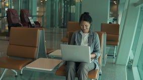 Mujer que trabaja en un ordenador
