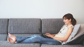 Mujer que trabaja en una computadora portátil almacen de video