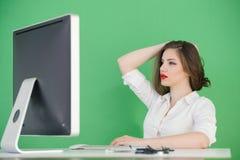 Mujer que trabaja en una oficina Imagen de archivo