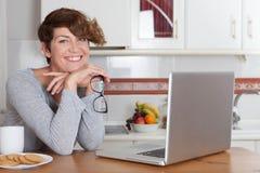 Mujer que trabaja o que estudia en casa Imagen de archivo libre de regalías