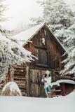 Mujer que traspala nieve Imágenes de archivo libres de regalías