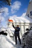 Mujer que traspala nieve Fotografía de archivo libre de regalías