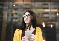 Mujer que usa concepto de la comunicación del teléfono móvil imagenes de archivo