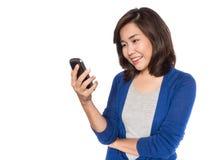 Mujer que usa el app en el teléfono móvil foto de archivo
