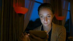 Mujer que usa el dispositivo digital de la tableta en café fotografía de archivo libre de regalías