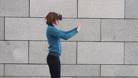 Mujer que usa el finger para tocar en la visión imaginaria del panel en el dispositivo de VR al aire libre Concepto aumentado de  almacen de metraje de vídeo