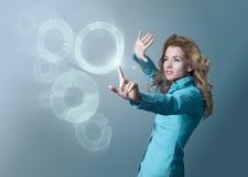 Mujer que usa el interfaz virtual Imagenes de archivo