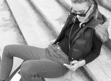 Mujer que usa el móvil Imagenes de archivo