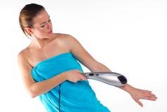Mujer que usa el massager eléctrico Fotografía de archivo