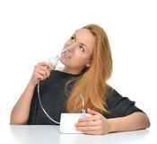 Mujer que usa el nebulizador para el tratamiento respiratorio del asma del inhalador Imagen de archivo libre de regalías