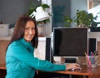 Mujer que usa el ordenador Imagen de archivo libre de regalías