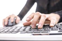 Mujer que usa el ordenador Imágenes de archivo libres de regalías