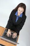 Mujer que usa el ordenador Fotografía de archivo libre de regalías