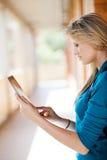 Mujer que usa el ordenador de la tablilla Fotos de archivo libres de regalías