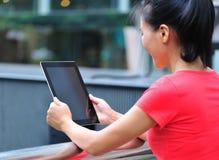 Mujer que usa el ordenador de la tablilla Foto de archivo